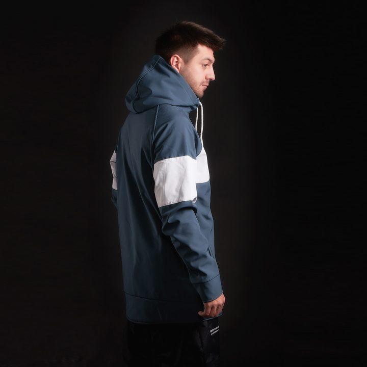 Фэшн фотография — реклама куртки — вид сбоку