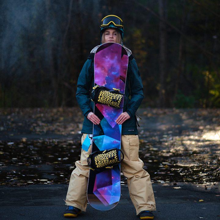 Фэшн фотография — сноубордистка — вид спереди