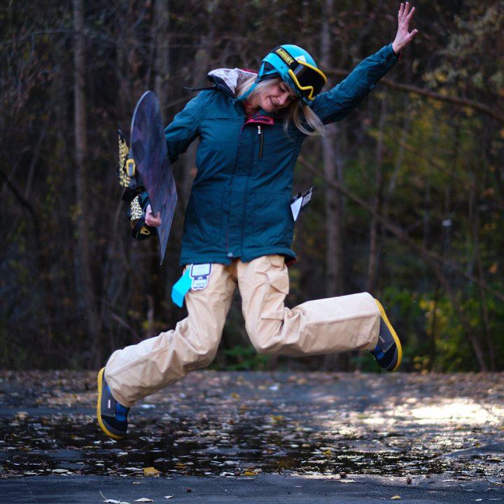 Фэшн фотография — сноубордистка — в прыжке
