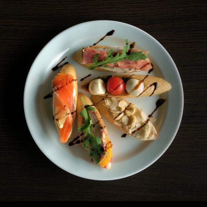 Фуд фотография — тарелки с закуской